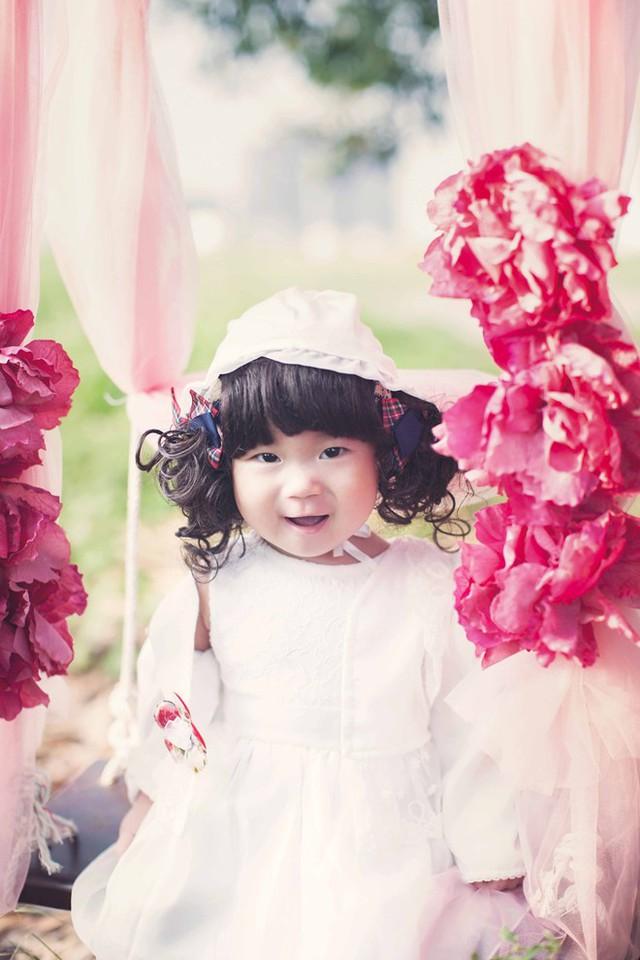 Bé Sunny sở hữu khuôn mặt bầu bĩnh, đáng yêu cùng các nét được thừa hưởng từ bố mẹ.