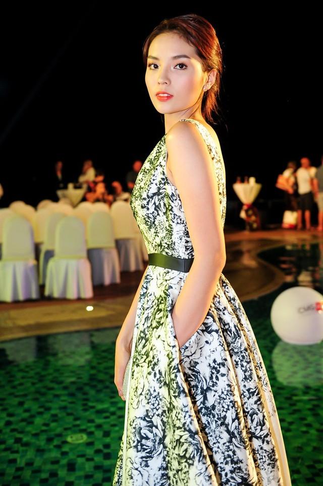 Hoa hậu Việt Nam 2014 nổi bật với váy in hoa tinh tế, gam trắng - đen của nhà thiết kế Lê Thanh Hòa.