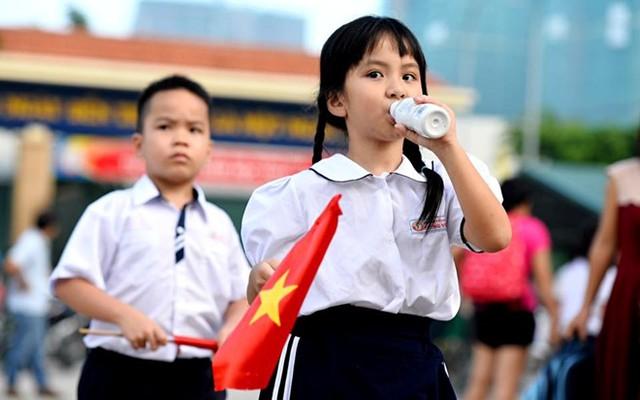 Học sinh xếp hình cờ Tổ quốc chào đón năm học mới