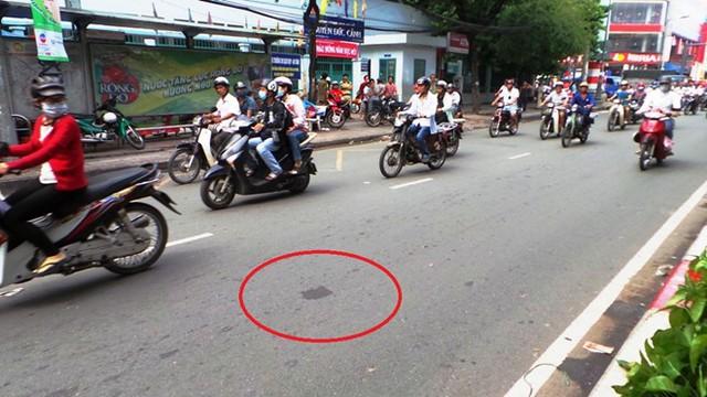 Khu vực cô gái bị ôtô tông văng từ cầu vượt xuống đường.