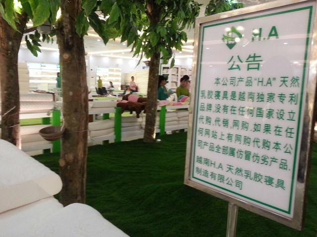 Biển hiệu ghi bằng tiếng Trung Quốc bên cạnh các sản phẩm. Ảnh Đức Hoàng