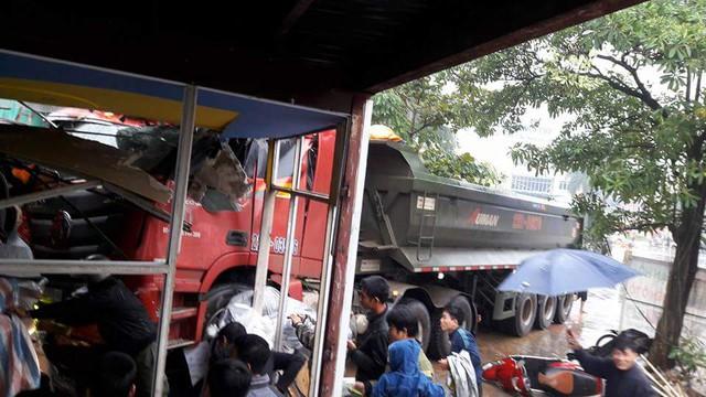 Vụ tai nạn khiến 2 người bị thương, nhiều xe máy bị đâm nát.