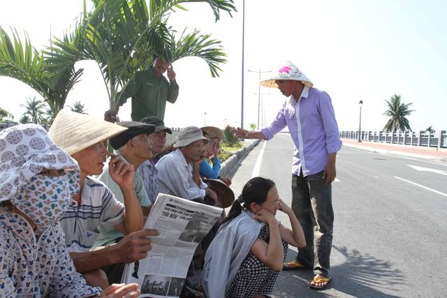 Người dân ở các xã mà công trình đi qua rất vui mừng khi cầu Cửa Đại hoàn thành...