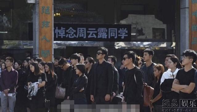 Hàng trăm người là sinh viên cùng trường Châu Vân Lữ không giấu được nước mắt khi chứng kiến di thể của cô rời khỏi nhà tang lễ.