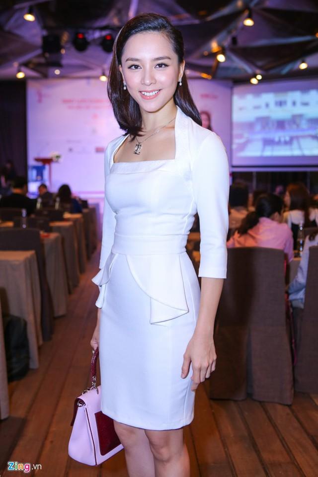 Á hậu Hoàn vũ Việt Nam 2009 - Dương Trương Thiên Lý - đại diện ban tổ chức rạng ngời ở sự kiện. Bà mẹ hai con diện đầm ôm thanh lịch, sang trọng.