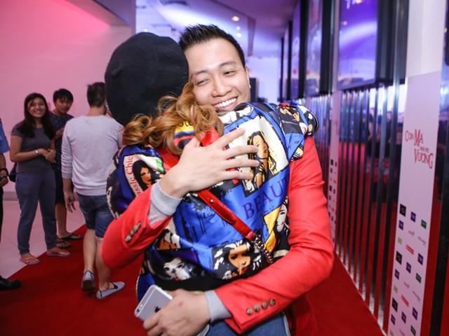 Nữ diễn viên xinh đẹp và Lương Mạnh Hảithân thiết sau màn kết hợp ăn ý vớiVừa đi vừa khóc. Vừa gặp nhau, bé Heo thể hiện sự vui mừng và ôm chầm lấy anh.