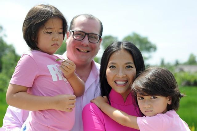 Nữ diễn viên chụp ảnh cùng ông xã và hai con. Ảnh: NVCC