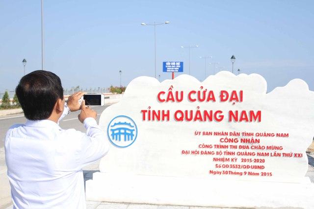 Một số du khách thích thú chụp ảnh kỷ niệm khi cầu Cửa Đại hoàn thành