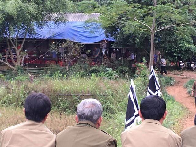 Người thân lo tổ chức đám tang cho các nạn nhân.
