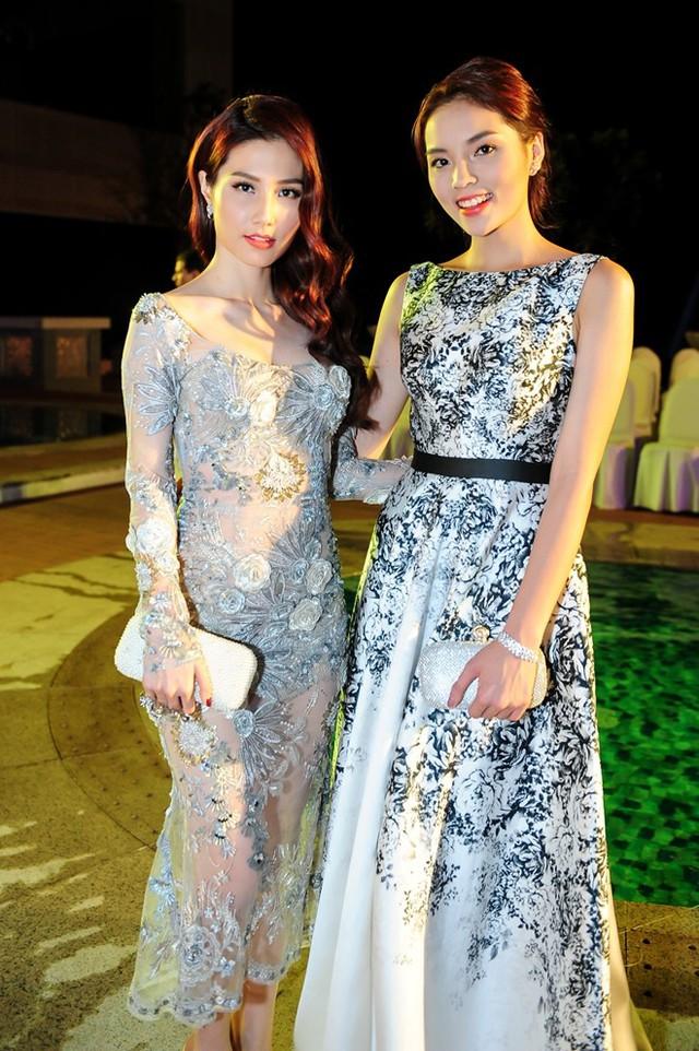 Tại sự kiện, hoa hậu 19 tuổi thân thiết với Diễm My 9X, Trương Quỳnh Anh. Cô chủ động chào hỏi, trò chuyện cùng đàn chị.