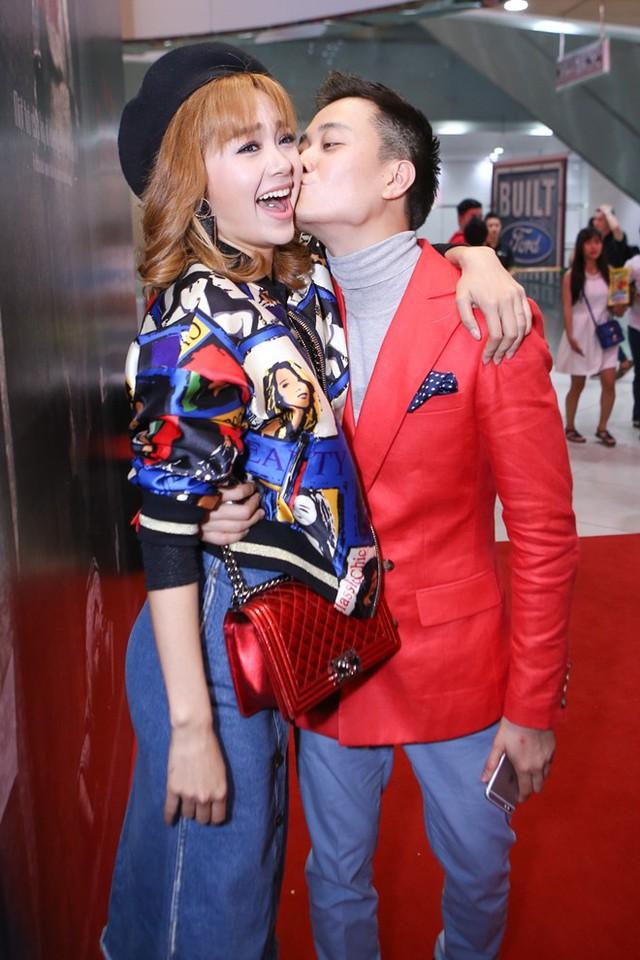 Trong dự án phim Con ma nhà họ Vương,Lương Mạnh Hải vừa là nhà sản xuất vừa tham gia diễn xuất.Cả hai không ngần ngại bày tỏ sự quan tâm, cử chỉ thân mật trước đông đảo khách mời.