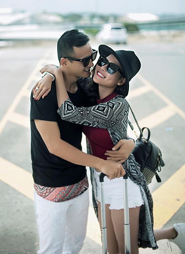 Nữ diễn viên sinh năm 1987 đáp lại tình cảm của hôn phu bằng những cái ôm, hôn ngọt ngào.