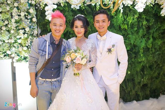 Thanh Duy Idol ăn vận trẻ trung đến chung vui cùng đôi vợ chồng trẻ.