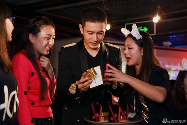 Những khoảnh khắc Huỳnh Hiểu Minh giao lưu cùng người hâm mộ.