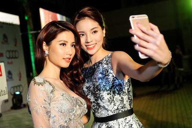 Thậm chí, hai người đẹp còn tự chụp hình lưu niệm.