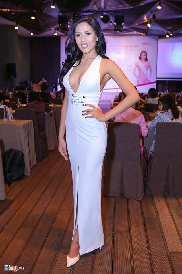 Buổi giao lưu còn có sự xuất hiện của Nguyễn Thị Loan. Top 25 Hoa hậu Thế giới 2015 khoe đường cong gợi cảm trong bộ váy cắt xẻ táo bạo ở thân áo, chân váy.