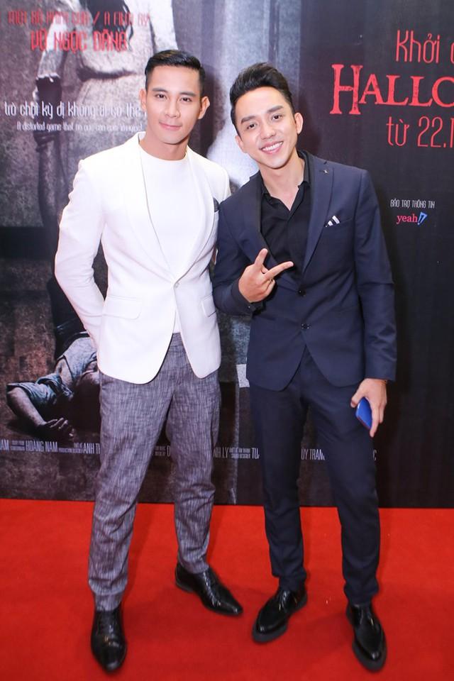 Hồ Vĩnh Khoa (trái) và La Quốc Hùng bảnh bao với trang phục vest.Khai thác vấn đề giới tính nên bộ phim có nhiều cảnh thân mật giữa hai nam diễn viên.