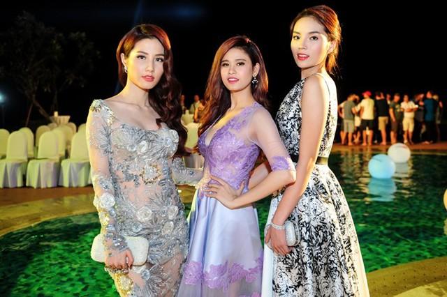 Ba người đẹp đọ dáng trước ống kính. Trước khi ra thành phố biển tham dự sự kiện, họ dành nhiều thời gian lựa chọn trang phục.