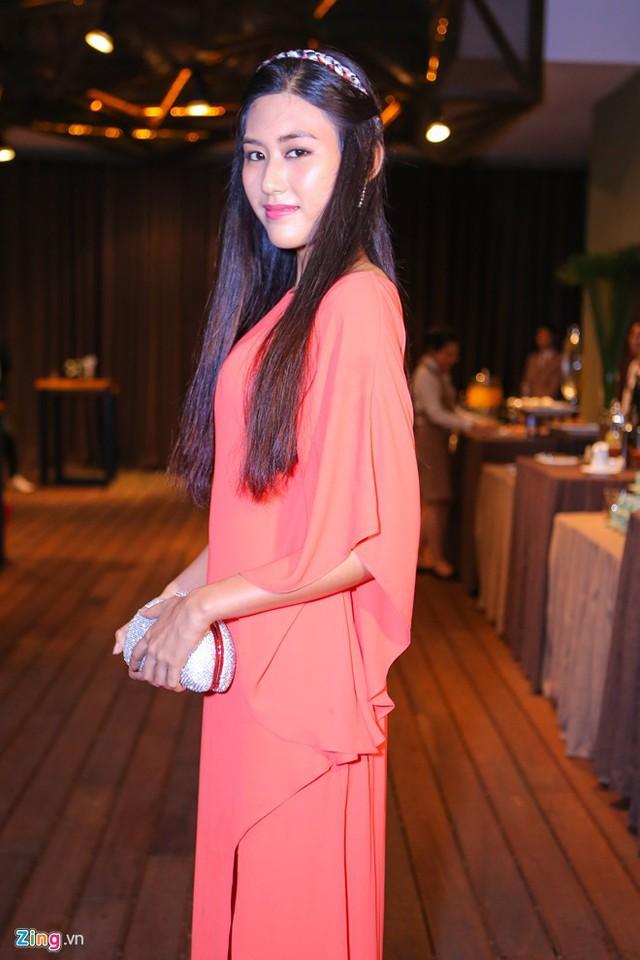 Top 5 Hoa hậu Hoàn vũ Việt Nam - Ngô Trúc Linh - ăn vận kín đáo đến ủng hộ Phạm Hương.