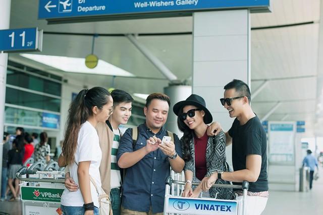 Cặp đôi đẹp của làng phim Việt cùng ê-kíp xem lại hình ảnh vừa chụp.