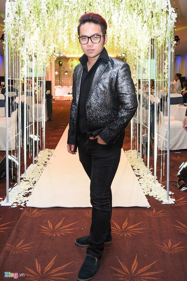 Nhà thiết kế Chung Thanh Phong, người lo trang phục và ảnh cưới cho cặp tân lang tân nương đến khá sớm để phụ giúp đôi trẻ chuẩn bị hôn lễ.