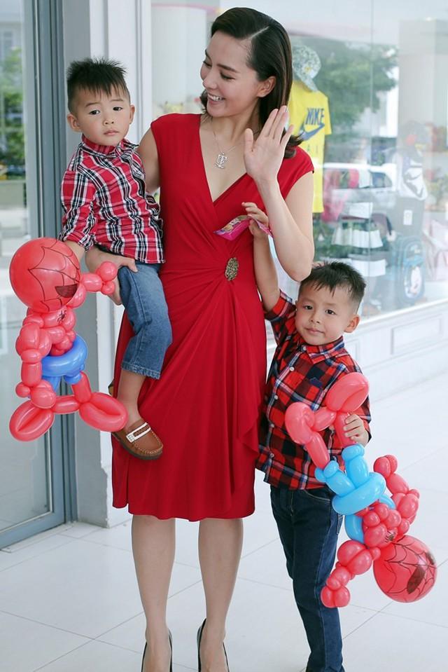 Người đẹp chia sẻ thêm ước mơ của hai con trai hiện tạikhông có nghĩa sẽ lànghề nghiệp mà bé theo đuổi trong tương lai nên cô và ông xã không đặt quá nhiều áp lực và kỳ vọng.