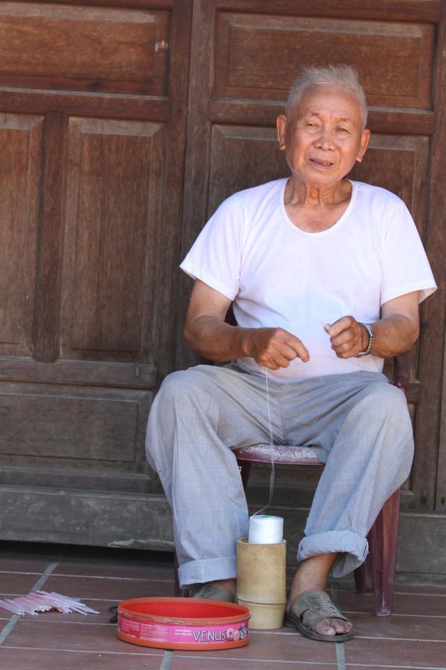 Nghệ nhân Huỳnh Văn Ba (84 tuổi) đã có hàng chục năm làm nghề đèn lồng. Ông Ba cho biết, đèn lồng Hội An không chỉ được người dân trong nước ưa chuộng mà còn xuất khẩu ra các nước châu Âu, Châu Mỹ...