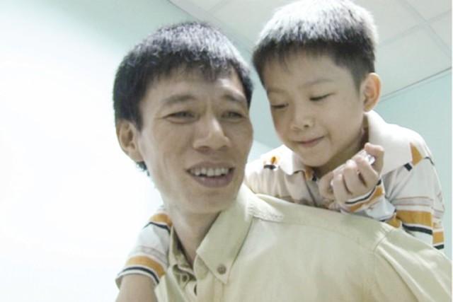 Đạo diễn Đặng Hồng Giang và bé Thiện Nhân. Ảnh: TL