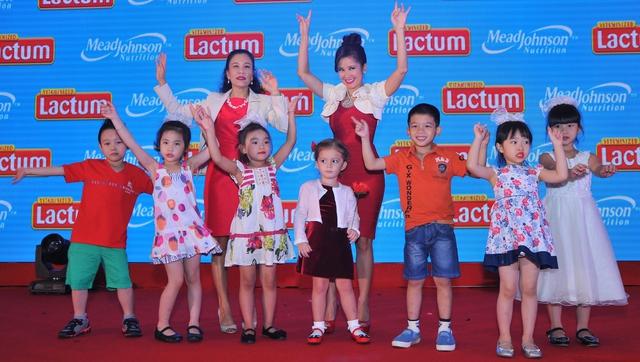 Ca sỹ Hồng Nhung: Các con có đầy đủ dưỡng chất để phát triển mạnh khỏe và toàn diện là điều mà tất cả các bà mẹ đều mong muốn.