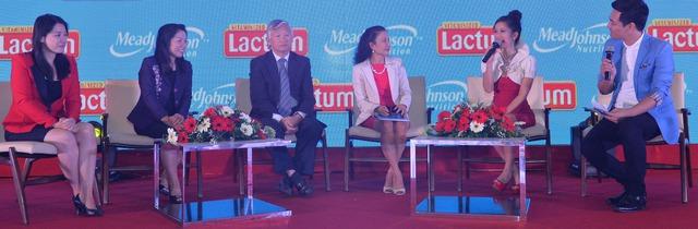 Ca sỹ Hồng Nhung cùng các khách mời là các chuyên gia đầu ngành về dinh dưỡng trẻ em giao lưu trong chương trình