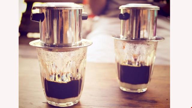 Uống cà phê pha phin ở VN được xếp vào một trong 10 cách uống cà phê độc đáo nhất trên thế giới - Ảnh: shutterstock