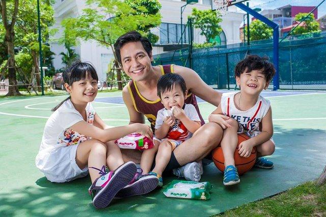 """Là một người bố, MC Phan Anh không giấu được niềm vui trong ánh mắt khi nhắc tới các con :""""Các con chính là những người thầy xuất sắc của tôi bởi nhờ chúng, tôi thấy mình cần phải làm thật nhiều nữa những việc tốt để luôn có những nụ cười hạnh phúc trong cuộc sống"""""""