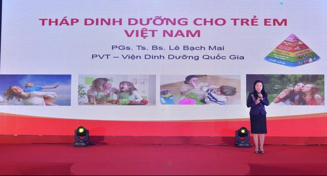 PGS.TS Lê Bạch Mai, Phó Viện trưởng Viện Dinh dưỡng quốc gia giới thiệu về tháp dinh dưỡng dành cho trẻ em Việt Nam.