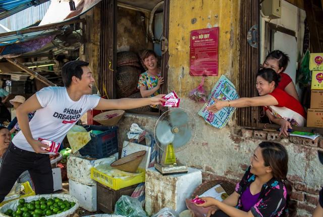 """Trước đó MC Phan Anh đã tham gia chiến dịch """"Giải cứu mùa hè"""" phát miễn phí 2 triệu khăn ướt và chai nước cho người dân lao động"""