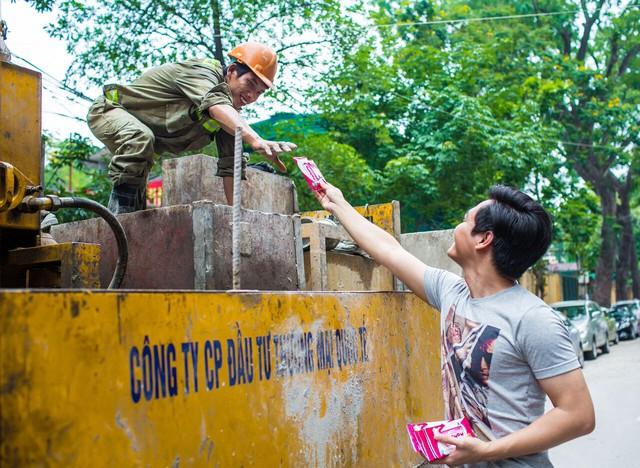 """""""Sứ mệnh"""" của Phan Anh là mang lại niềm vui và chia sẻ nỗi buồn cho những người kém may mắn hơn"""