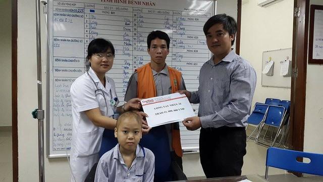 ông Trần Tuấn Linh – Phó Tổng biên tập Báo Gia đình & Xã hội, đại diện Quỹ Vòng tay Nhânái (bên phải) cùng đại diện Viện huyết học Truyền máu TƯ trao tiền bạn đọc hảo tâm giúp đỡ cháu Bình. Ảnh P.T