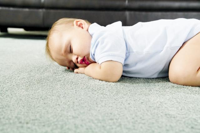 Các chuyên gia khuyến cáo: Bà bầu, trẻ sơ sinh nên hạn chế tiếp xúc với thảm tải sàn. Ảnh:TL