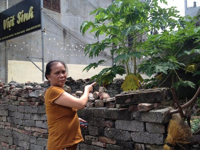 Bà Đàm Thị Dung bên mảnh đất mà nhiều năm nay bà vất vả kiện đòi