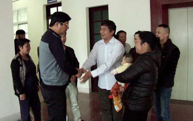 Anh Nguyễn Văn Chiếu cảm ơn lãnh đạo Công an tỉnh Lào Cai đã giải cứu cháu an toàn. Ảnh Công an cung cấp