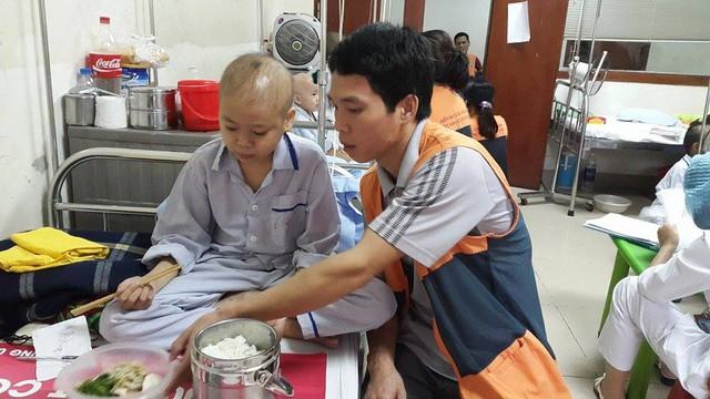 Cháu Bình đã ổn định sức khỏe hơn, ăn uống được bình thường. Ảnh P.T