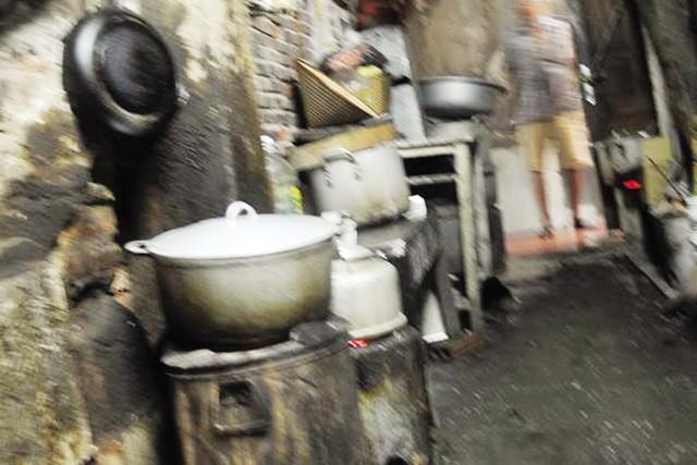 Bếp lò được người dân để khắp nơi, ngay trên lối đi nhỏ hẹp để vào nhà. ảnh: H.N