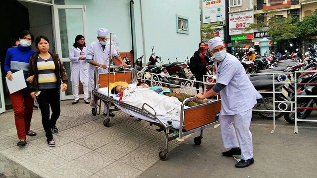 Các y bác sĩ bệnh viện Việt Tiệp khẩn trương cấp cứu công nhân ngộ độc