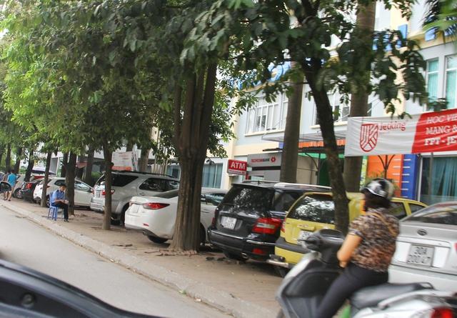 Toàn bộ vỉa hè bị chiếm dụng để làm bãi đỗ xe trên đường Tôn Thất Thuyết