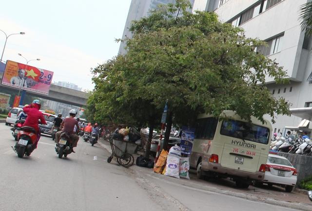 Bãi gửi xe lấn chiếm hết cả vỉa hè của Công ty CP Vận tải Văn Minh