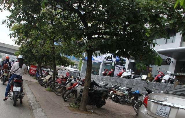 Gần như toàn bộ diện tích vỉa hè đều bị giăng dây bao quanh để làm bãi đỗ xe ở ngay khu vực đèn đỏ Tôn Thất Thuyết - Phạm Hùng