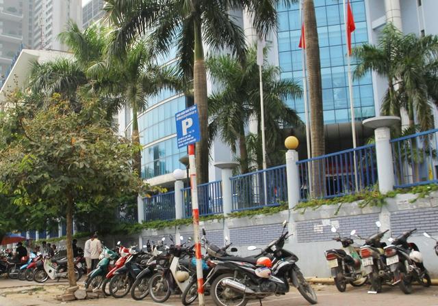 Bãi gửi xe lộn xộn, ngay nút giao thông của Công ty CP Vận tải Văn Minh