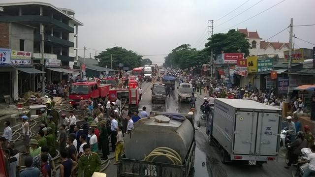 Rất đông người dân đứng lại xem khiến giao thông tắc nghẽn