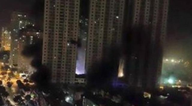 Khói đen phong tỏa toàn bộ tòa CT4 khu đô thị Xa La, hà Đông. Ảnh: Zing