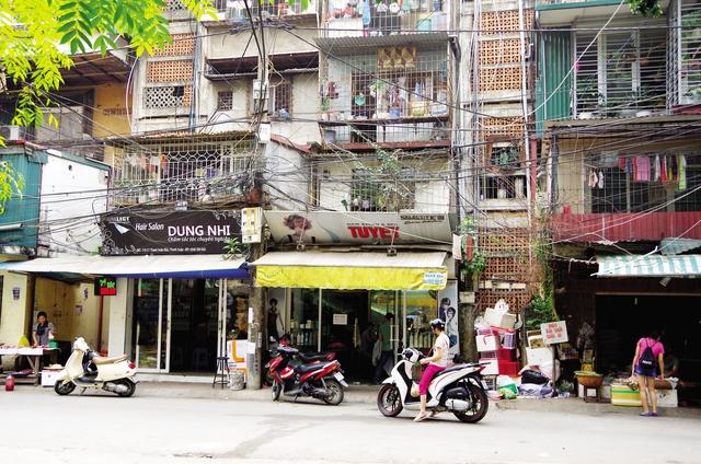 Mạng lưới điện bủa vây khu tập thể Thanh Xuân Bắc. Ảnh: Q.T