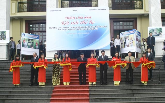 """Các đại biểu cắt băng khai trương triển lãm ảnh """"Kết nối thế hệ"""" hưởng ứng Tháng hành động Quốc gia về Dân số và Ngày Dân số Việt Nam 26/12/2015. Ảnh: Chí Cường"""